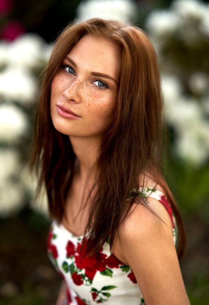 portrett-kvinde-blomster-kjole-langt hår-fregner